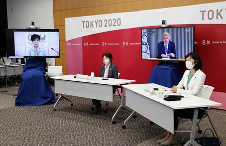 東京五輪・パラリンピックに向けた5者協議で会談する(左から)東京都の小池百合子知事、大会組織委員会の橋本聖子会長、国際オリンピック委員会のバッハ会長、丸川珠代五輪担当相=21日午後、東京都中央区の晴海トリトンスクエア(代表撮影)
