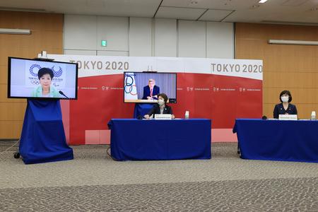 東京五輪・パラリンピックに向けた5者会談に臨む、東京都の小池百合子知事(モニター左)ら=4月28日、東京都中央区