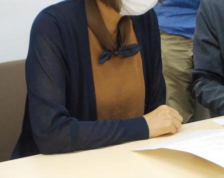 森友学園をめぐる公文書改ざん問題で、国が開示した「赤木ファイル」を目にする赤木雅子さん=22日午前、大阪市北区