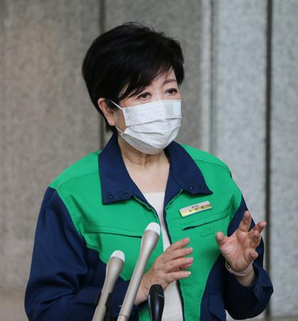 22日午前の登庁時に記者団の取材に応じる東京都の小池百合子知事=都庁
