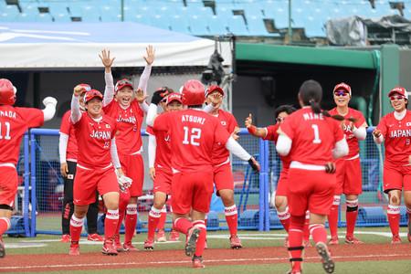 メキシコ戦の延長8回、サヨナラ勝ちを喜ぶ日本=22日、福島県営あづま球場
