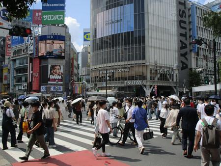 多くの人が行き交う東京・渋谷のスクランブル交差点=31日午後、東京都渋谷区