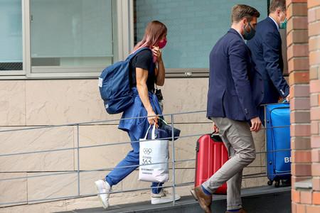 2日、東京の在日ポーランド大使館に入るベラルーシのクリスツィナ・ツィマノウスカヤ選手(左)(ロイター時事)