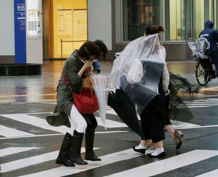 台風14号が接近した福岡市の繁華街・天神地区を歩く人たち=17日午後、同市中央区