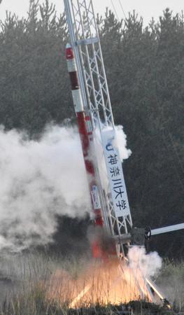 打ち上げられた神奈川大のハイブリッドロケット=19日午前、秋田県能代市