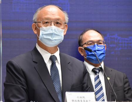 閣議後の記者会見で環太平洋連携協定(TPP)加入申請について説明する政府高官(左)=23日午前、台北の行政院