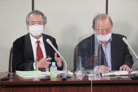 同和地区の地名リスト出版の差し止めなどを求めた訴訟の判決後、記者会見する原告=27日午後、東京都千代田区
