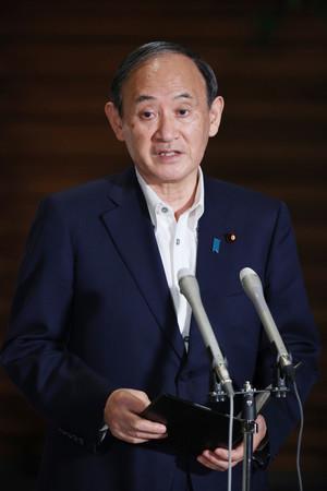 緊急事態宣言の解除について、記者団の質問に答える菅義偉首相=27日午後、首相官邸