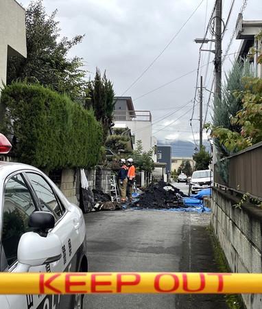 住宅が全焼し2人の遺体が見つかった現場=13日午後、甲府市
