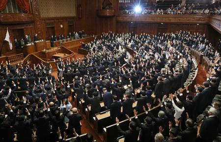 衆議院が解散され、万歳する前議員ら=14日午後、国会内