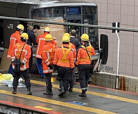 電車に男性飛び込み、乗客負傷