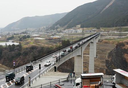 崩落の阿蘇大橋が開通