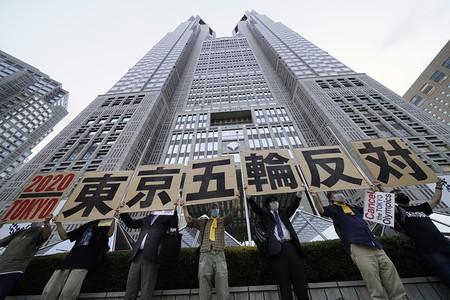 都庁前で五輪反対デモ